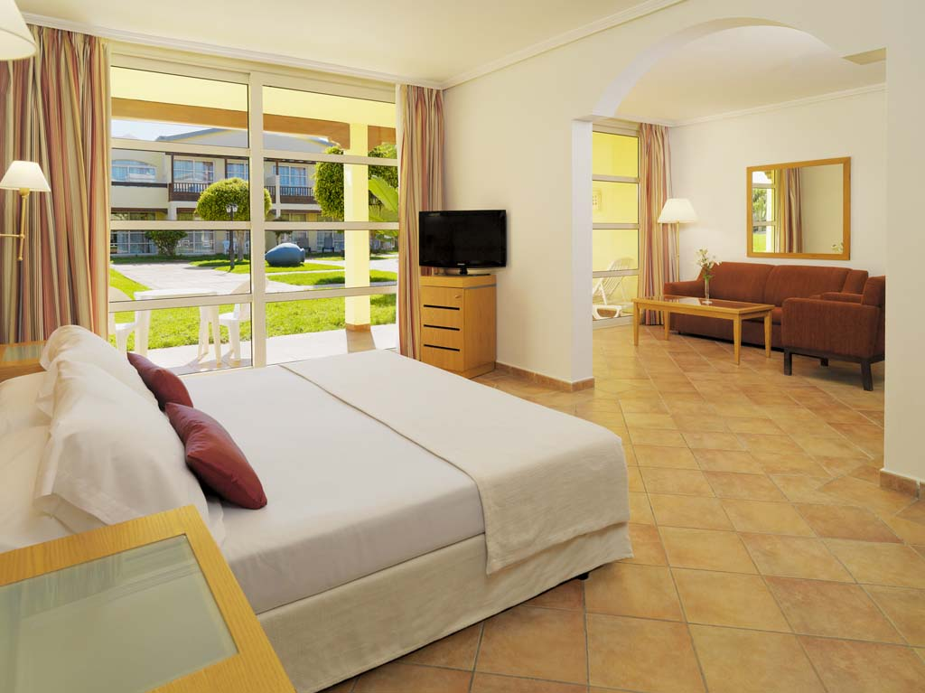 http://ccdn.viasaletravel.com/hotels/124/10_hrp_junior_suite.jpg