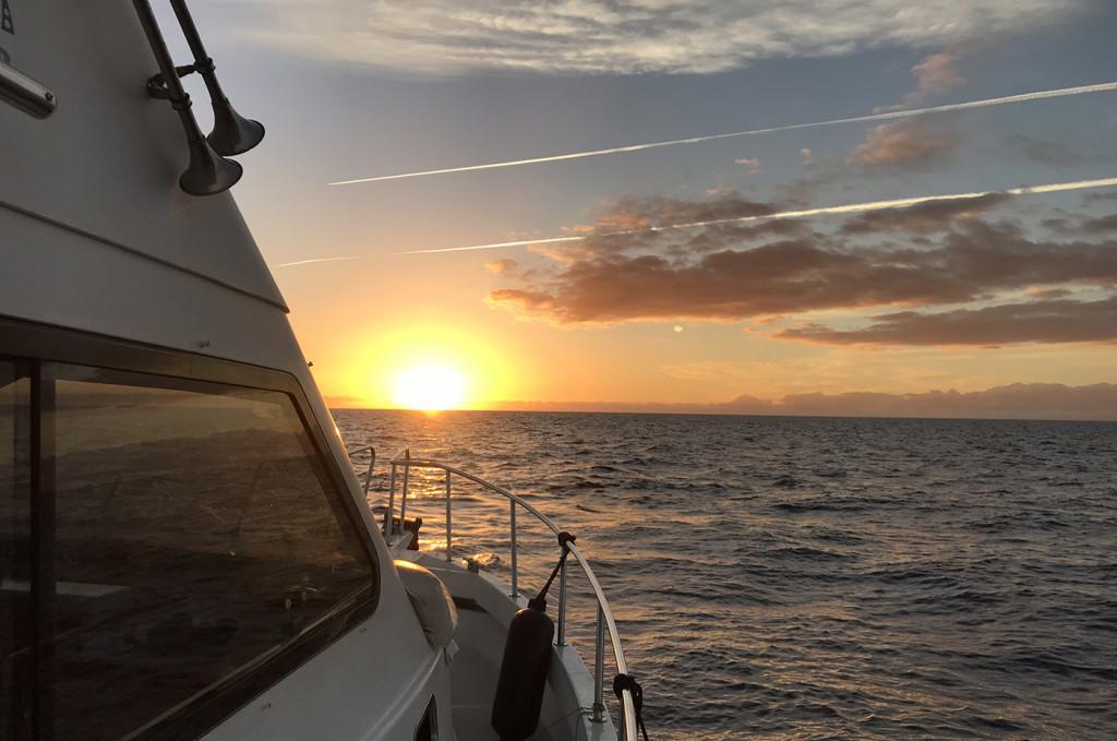 Plavba luxusným katamaranom v západe slnka