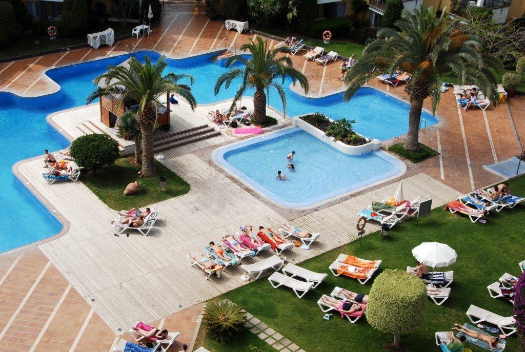 https://ccdn.viasaletravel.com/hotels/13/hg-tenerife-sur-ext-piscina-18_363_o.jpg