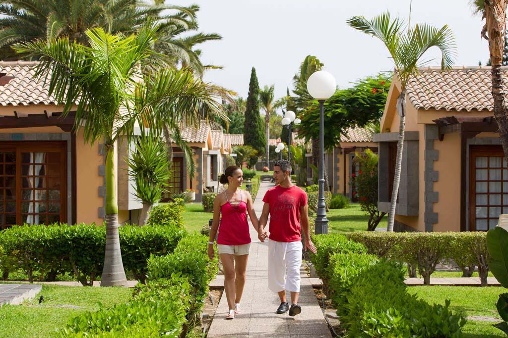 https://ccdn.viasaletravel.com/hotels/50/maspalomas-pareja-pasillo-a_879_o.jpg