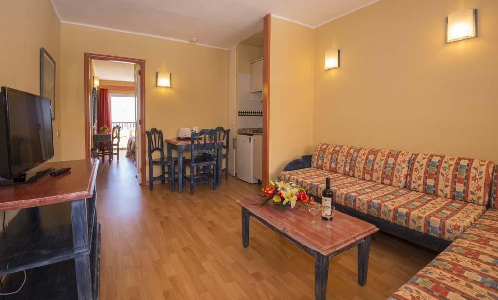 https://ccdn.viasaletravel.com/hotels/96/hovima_jardin_caleta_apartamento3.jpg